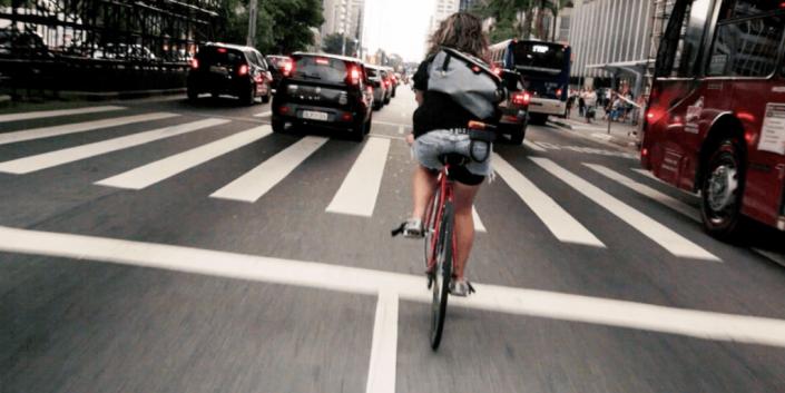 ciclista e macchine