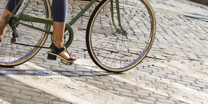 in bici su strisce