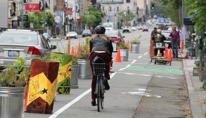 bike lane a destra separata da carreggiata