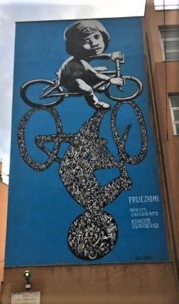 """In copertina l'opera """"Tutti in Bici"""" di Simone Ferrarini, in Via dei Peligni, San Lorenzo, Roma."""